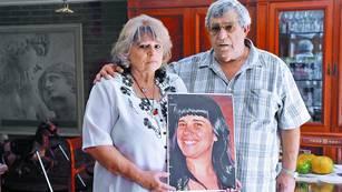 Homenaje. Beatriz Regal y Jorge Taddei con una foto de su hija Wanda, asesinada por su esposo, el ex baterista de la banda Callejeros, Eduardo Vásquez, preso en Ezeiza. /Gustavo Garello/ ARCHIVO