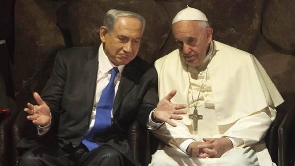 El primer ministro israelí, Benjamin Netanyahu,  conversa con el Papa Francisco. (AP)