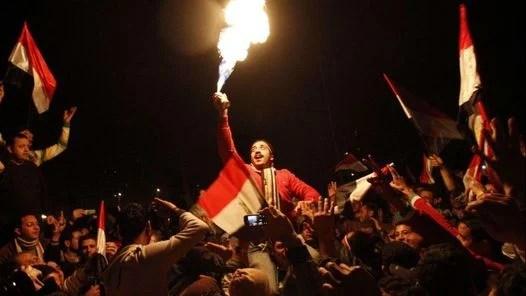 FESTEJOS. En la plaza Tahrir (Liberación en árabe) por la renuncia de Hosni Mubarak. (AFP)