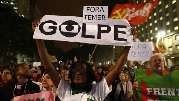 Sindicalistas y militantes de diferentes movimientos sociales se manifiestan a favor de Dilma Rousseff, en la ciudad de Río de Janeiro. / EFE