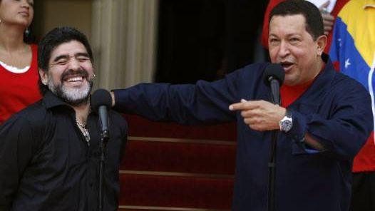 VISITA. Chávez hizo el anuncio junto a Maradona. (AP)