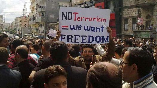 SIRIA. Los manifestantes salieron de las mezquitas gritando a favor de la libertad, pidiendo la disolución de los servicios de inteligencia. (AFP)