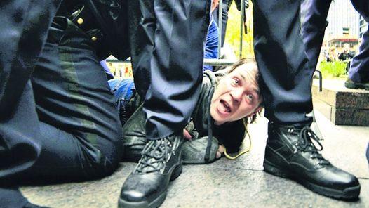 """La policía de Nueva York arrasó el campamento de """"indignados"""""""