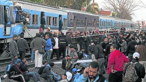 Más allá del relato. La gente, ante el choque de los trenes en Castelar. / GUSTAVO CASTAGNE.