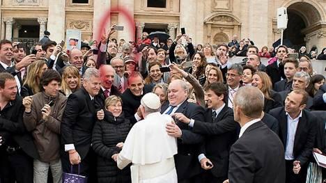 Carlos Castelli haciendo la V de la victoria en el Vaticano. Creó una empresa con Moreno y Milani.