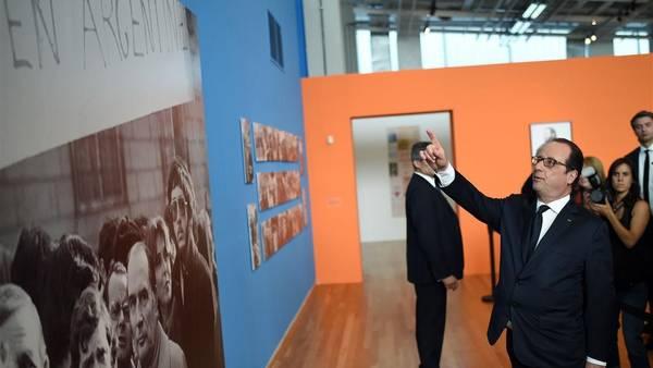 Francois Hollande mira la muestra sobre las víctimas del terrorismo en el Parque de la Memoria. AFP PHOTO / STEPHANE DE SAKUTIN