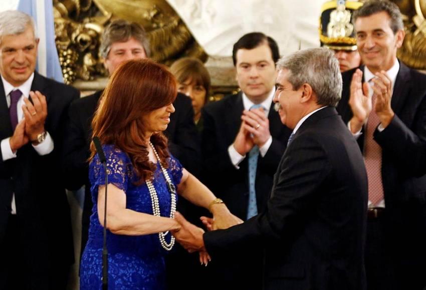 Cristina Kirchner saluda al nuevo Jefe de Gabinete, Aníbal Fernández, tras tomarle juramento. (Marcos Brindicci / REUTERS)