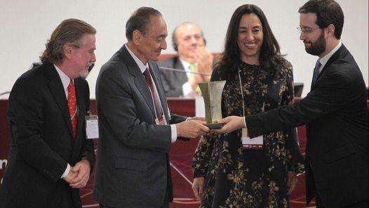 Héctor Magnetto, CEO del Grupo Clarín y Ricardo Kirschbaum, editor general del diario, reciben el premio a la Libertad de Prensa de manos de Felipe Basile y Judith Britos. (Foto: Eraldo Peres)