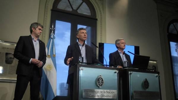 Marcos Peña, Mauricio Macri y Andrés Ibarra, durante el anuncio de este mediodía (DYN)