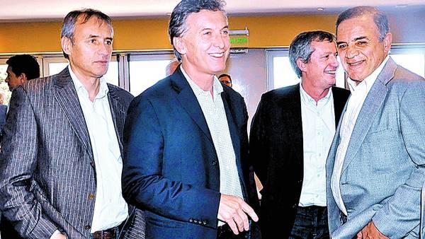 Broma. Mauricio Macri, ayer en tierra cordobesa, conversando con Héctor Baldassi y Emilio Monzó./TELAM