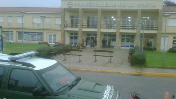 Sede. El allanamiento se produjo en Mar del Tuyú, sede de la Municipalidad de la Costa.