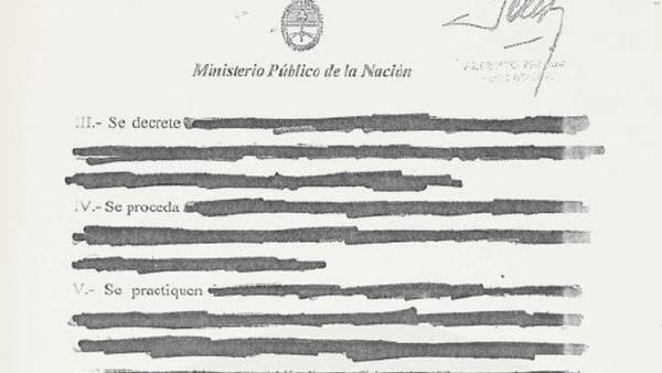 Versión final. Nisman tachó varios de sus pedidos originales con tinta.