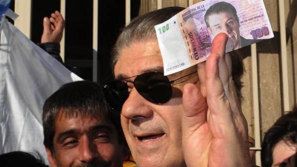 Víctor Hugo Morales al salir de la audiencia de mediación con Héctor Magnetto. Sus seguidores hasta imprimieron billetes de $100 con su rostro. (Télam)