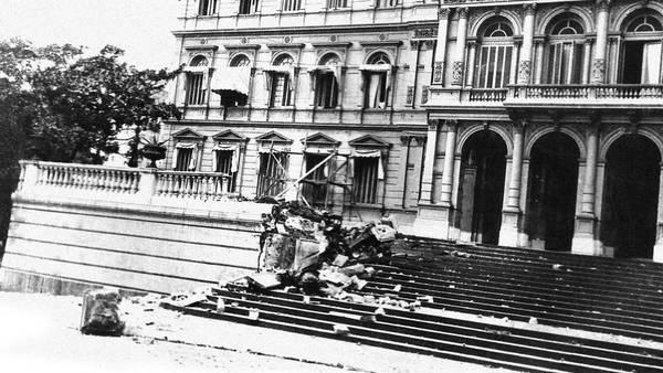 Ataque. Imágenes de la Casa de Gobierno tras los bombardeos del 55.