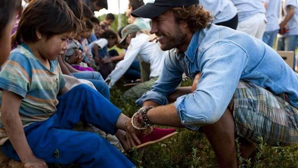 Blake Mycoskie, el empresario que regala alpargatas a los niños de África. (AP)