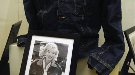 """Chaqueta vaquera utilizada por la actriz Marilyn Monroe en la película """"The Misfits"""" expuesta en una muestra dedicada a la actriz en Budapest (EFE)"""
