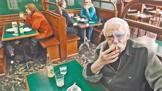 """EN SU LUGAR PREDILECTO. Viñas """"vivía"""" en los bares del centro de Buenos Aires. Allí siempre se lo encontraba y nunca rehuía la charla."""