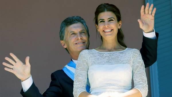 Mauricio Macri junto a Juliana Awada en el balcón de la Casa Rosada en el día de su asunción.
