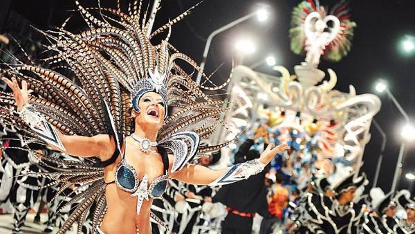 Noches mágicas. Tres comparsas desfilan en el Corsódromo de Gualeguaychú y hacen bailar a 40 mil espectadores. /Ricardo Santellán.