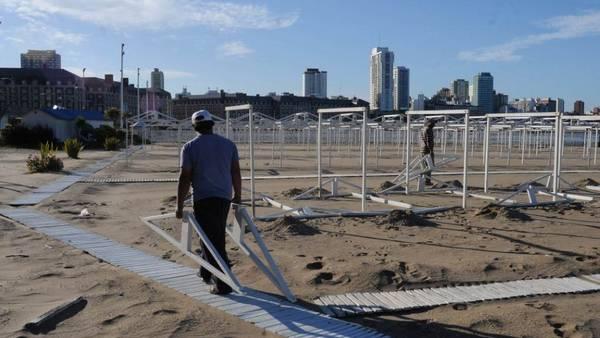 En la playa Las Toscas, de Mar del Plata, trabajaban este fin de semana contra reloj para dejar el balneario a pleno. / FABIAN GASTIARENA