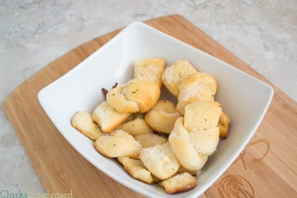 Easy Garlic Knots: These garlic knots are perfect for any meal, and come together in less than 15 minutes!