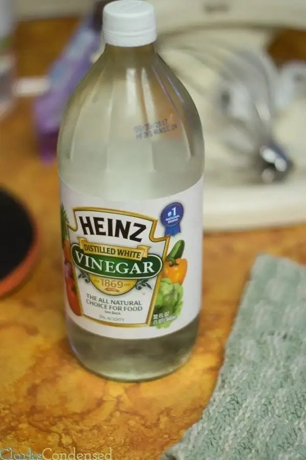 Cleaning cloudy drinking glasses with white vinegar
