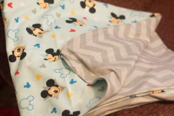 An easy reversible baby blanket tutorial - this is a great DIY baby shower gift that requires very little sewing. The blanket is so soft!