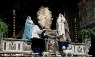 """""""Natività"""" a grandezza naturale, in allestimento sull'altare maggiore"""