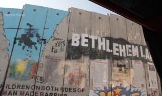 """Il muro """"di separazione"""" costruito da Israele che chiude la città di Betlemme"""