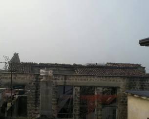 Dopo il crollo, manca la parte del tetto retrostante