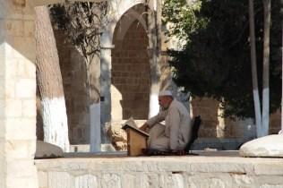 Gerusalemme, spianata delle Moschee. La preghiera di un musulmano