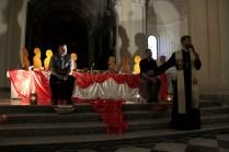 Don Alessandro e Don Paolo protagonisti dell'Ultima cena durante l'adorazione eucaristica conclusiva della Missione