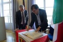 Il sindaco Luigi Di Lorenzo firma il registo delle visite, appositamente preparato per gli ospiti italiani al Comune di Seligenstadt