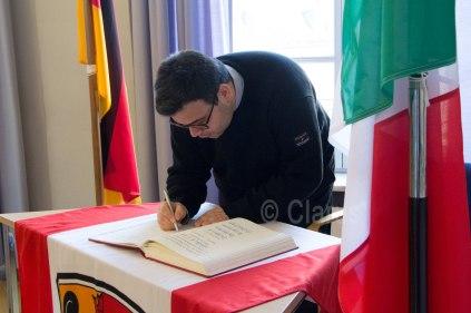 Don Vittorio Marra firma il registo delle visite, appositamente preparato per gli ospiti italiani al Comune di Seligenstadt