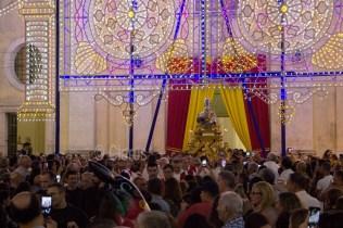 """Il busto di San Sisto, al suono delle campane esce dalla Cattedrale. La processione dei fedeli lo accompagna alla Cappella """"fuori le mura"""""""