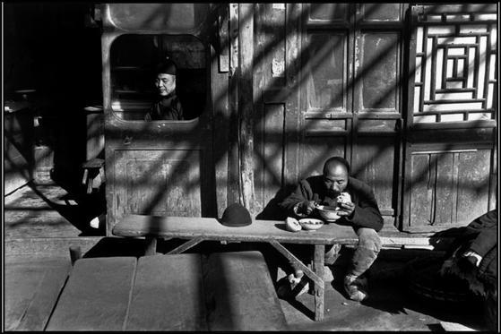 https://i2.wp.com/www.clasesdeperiodismo.com/wp-content/uploads/2015/08/Henri-Cartier-Bresson-1.jpg?w=1200&ssl=1