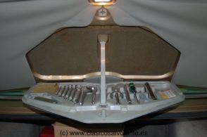 Preciosa caja de herramientas alojada en la tapa del maletero.