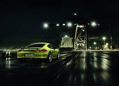 """El embellecedor negro de los faros, los retrovisores de ese mismo color y la palabra """"PORSCHE"""" rotulada en los laterales (en tono de contraste negro o plata, dependiendo de la pintura del coche), son claves de diseño tomadas de los clásicos Porsche de competición."""