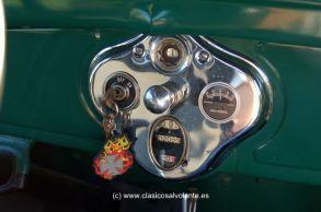 Un plafón cromado acoge la llave de contacto, la boya que indica la cantidad de gasolina que queda en el depósito, el velocímetro de tambor así como un amperímetro.