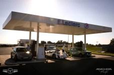 No se encuentra uno todos los días un Porsche 906 repostando en una gasolinera.