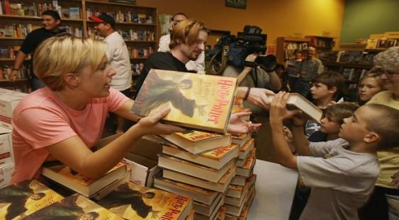 De la New York la Singapore, fanii s-au înghesuit să cumpere noul Harry Potter