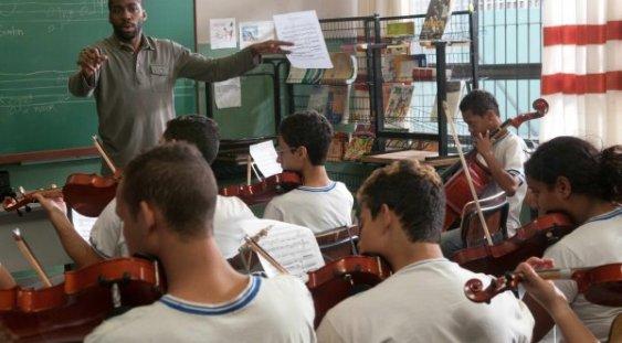 Profesorul de vioară, între filarmonică şi favelă