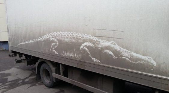 Artistul rus Nikita Golubev transformă praful de pe mașini în opere de artă