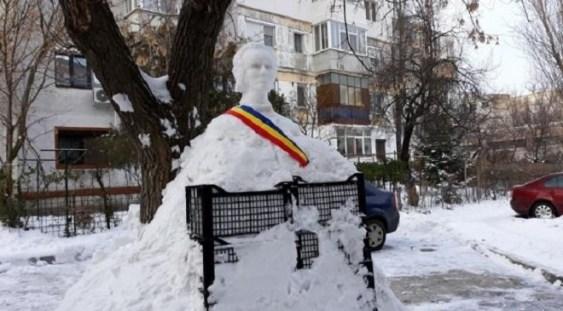 Bustul lui Mihai Eminescu, sculptat în zăpadă de un pensionar din Galați