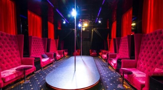 Maseuzele de la un club erotic din București vor autostrăzi și se alătură demersului lui Ștefan Mandachi