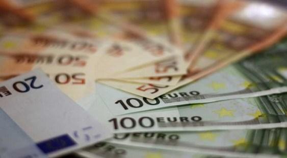 Analiştii financiari cred că euro va depăşi 4,82 lei în următoarele 12 luni şi estimează o rată a inflaţiei de 4,05%