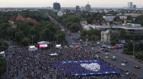 """""""Toți pentru Europa"""". Mesajul transmis de miile de oameni din Piața Victoriei"""