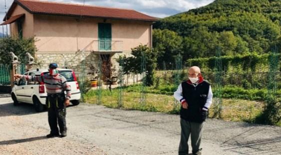Într-un sat italian locuiesc numai 2 oameni, care insistă să poarte mască