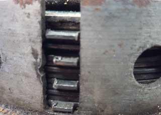 Oude koppeling met beschadigd huis en versleten stalen platen