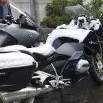Op twee wielen in de sneeuw